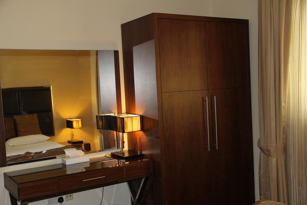 Downown plaza room2